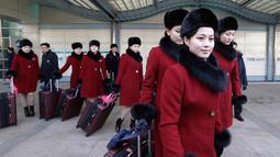 Ekspresi salah satu tim pemandu sorak Korea Utara saat tiba kantor transit Korea di dekat Zona Demiliterisasi di Paju, Korea Selatan, (7/2). (AP Photo/Ahn Young-joon. Pool)