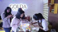 Para pengunjung booth Golda Coffee tengah mengisi data untuk doorprize.