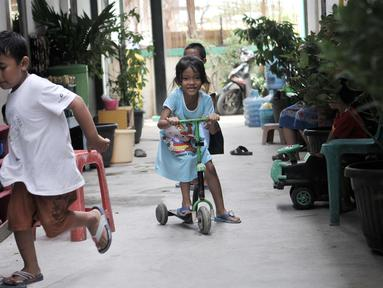 Anak-anak bermain di penampungan sementara (shelter) Kampung Kunir, Tamansari, Jakarta, Selasa (18/9). Sebanyak 28 dari 33 KK korban penggusuran Tamansari mulai menempati Shelter Kampung Kunir sejak beberapa hari lalu. (Merdeka.com/Iqbal Nugroho)