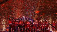 Pemain Liverpool merayakan gelar juara Premier league 2019-2020 di Stadion Anfield, Kamis (23/7/2020) dini hari WIB. Prosesi angkat trofi juara ini dilakukan usai pertandingan Liverpool melawan Chelsea. (AFP/Phil Noble/pool)