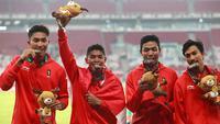 Lalu Muhammad Zohri (dua kanan) bersama Fadlin, Eko Rimbawan, dan Bayu Kertanegara menunjukkan medali perak usai bertanding di final lari 4x100 meter cabang olahraga atletik Asian Games 2018 di Jakarta, Kamis (30/8). (AP Photo/Bernat Armangue)