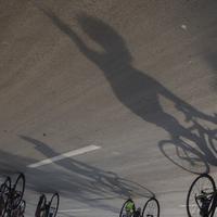 Bayangan pesepeda menggowes saat mengikuti Bike 4round The City di Tangerang, Banten, Minggu (4/3/2018). Kegiatan yang diadakan dalam rangka ulang tahun Hotel Novotel ini menempuh jarak sekitar 50 kilometer. (Bola.com/Vitalis Yogi Trisna)