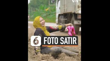 Ummu Hani mendadak viral ketika mengunggah pose eksentriknya bermandikan lumpur di sebuah area jalan rusak di Tanjung Bintang, Lampung Selatan, di akun pribadi medsosnya. Mengaku sempat paranoid, ia langsung menghapus unggahannya tersebut yang sudah ...