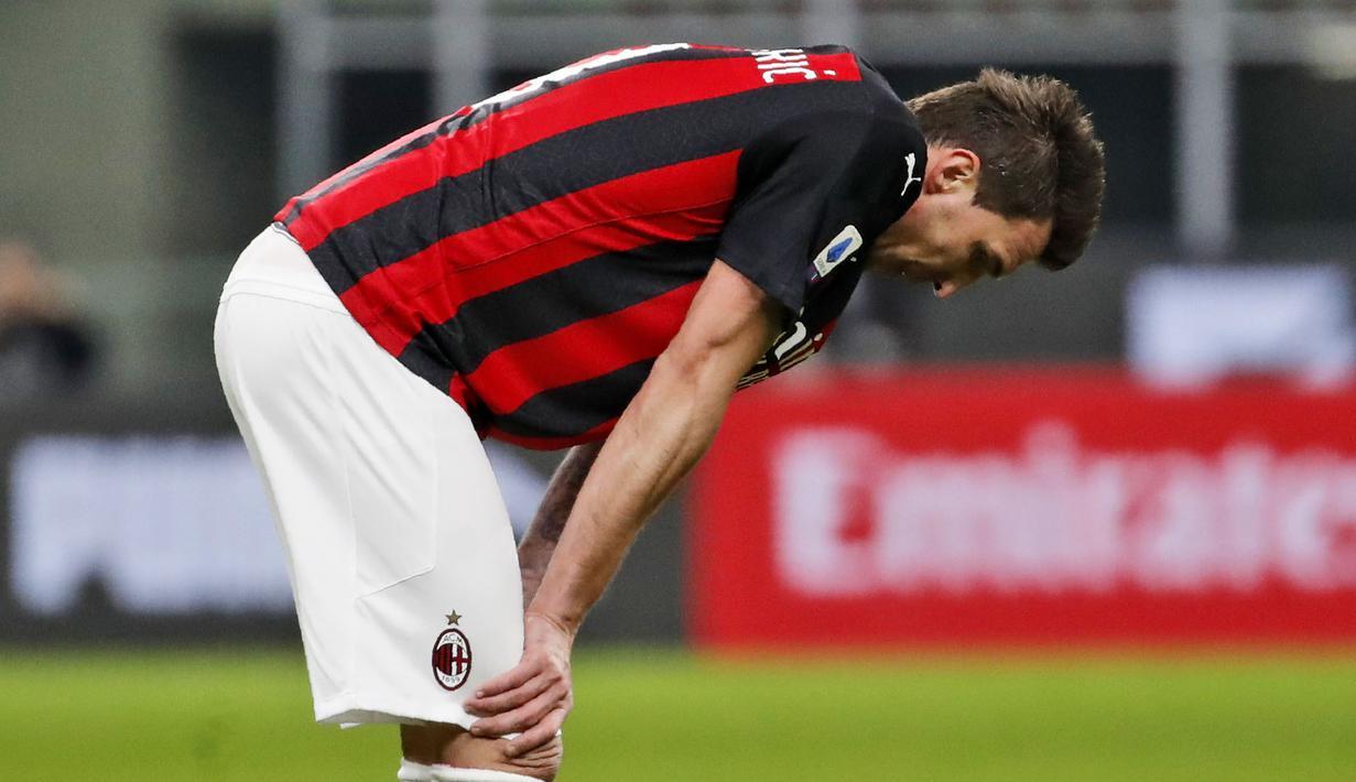 Striker AC Milan, Mario Mandzukic, tertunduk lesu usai ditaklukkan Atalanta pada laga Liga Italia di Stadion San Siro, Sabtu (23/1/2021). AC Milan takluk dengan skor 0-3. (AP/Antonio Calanni)