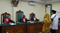 Majelis hakim PN Tipikor Bengkulu menjatuhkan vonis 8 tahun penjara kepada Ridwan Mukti dan Lily Martiani Maddari (Liputan6.com/Yuliardi Hardjo)