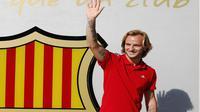 Ivan Rakitic melambaikan tangan kepada fans Barcelona jelang tanda tangan kontrak (REUTERS/Gustau Nacarino )