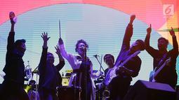 Yura Yunita (tengah) saat tampil dalam acara Balkonjazz Festival 2019 di Balkondes Tuksono, Borobudur, Magelang, Jawa Tengah, Sabtu (14/9/2019). Saking asyiknya, Yura ikut berjoget dengan beberapa pemain musik di atas panggung. (Fimela.com/Bambang Ekaros Purnama)