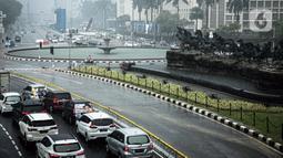 Sejumlah kendaraan melintas saat hujan deras megguyur kawasan Patung Kuda, Jakarta, Kamis (21/10/2021). Puncak musim hujan diperkirakan akan terjadi pada bulan Desember-Januari. (Liputan6.com/Faizal Fanani)
