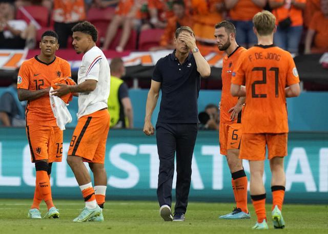 Pelatih Timnas Belanda, Frank de Boer memegang kepalanya setelah babak 16 besar Euro 2020 antara Belanda dan Republik Ceko di Puskas Arena, Minggu (27/6/2021). Belanda yang bermain dengan 10 pemain setelah turun minum secara mengejutkan disingkirkan Ceko usai kalah 0-2. (AP Photo/Darko Bandic, Pool)