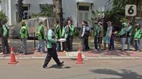 Pengemudi ojek online dan warga mengantre makanan gratis yang dibagikan di kawasan Menteng, Jakarta, Kamis (2/4/2020). Pembagian makanan gratis tersebut sebagai bentuk kepedulian dalam menghadapi pandemi virus corona COVID-19. (Liputan6.com/Herman Zakharia)