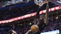Pemain Cavaliers LeBron James melakukan dunk saat melawan Thunder (AP)