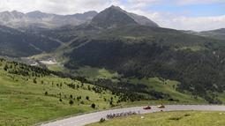 Para pebalap melintasi pemandangan bukit dan hutan dengan jarak tempuh 197 km pada edisi 103 taunn Tour de France, T(12/7/2016). (AFP/Kenzo Tribouillard)