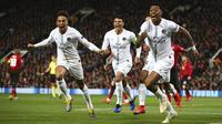 Para pemain Paris Saint-Germain merayakan gol yang dicetak ke gawang Manchester United pada leg pertama 16 Besar Liga Champions di Old Trafford, Rabu (13/2/2019) dini hari WIB. (AP Photo/Dave Thompson)