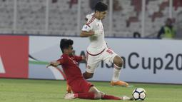 Bek Indonesia, Asnawi Mangkualam, berusaha menghadang pemain Uni Emirat Arab (UEA) pada laga AFC di SUGBK, Jakarta, Rabu (24/10/2018). Indonesia menang 1-0 atas UEA. (Bola.com/M Iqbal Ichsan)