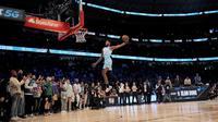 Derrick Jones Jr beraksi pada kontes slam dunk pada rentetan cara NBA All-Star 2020. (AFP/Jonathan Daniel)