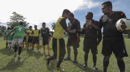 Suasana sportivitas sebelum laga final Liga Remaja UC News antara SSB Maehanu melawan SSB Tulehu Putra di Lapangan Masariku Yonif 733, Ambon, Kamis (30/11/2017). SSB Maehanu menang 1-0 atas SSB Tulehu putra. (Bola.com/Peksi Cahyo)