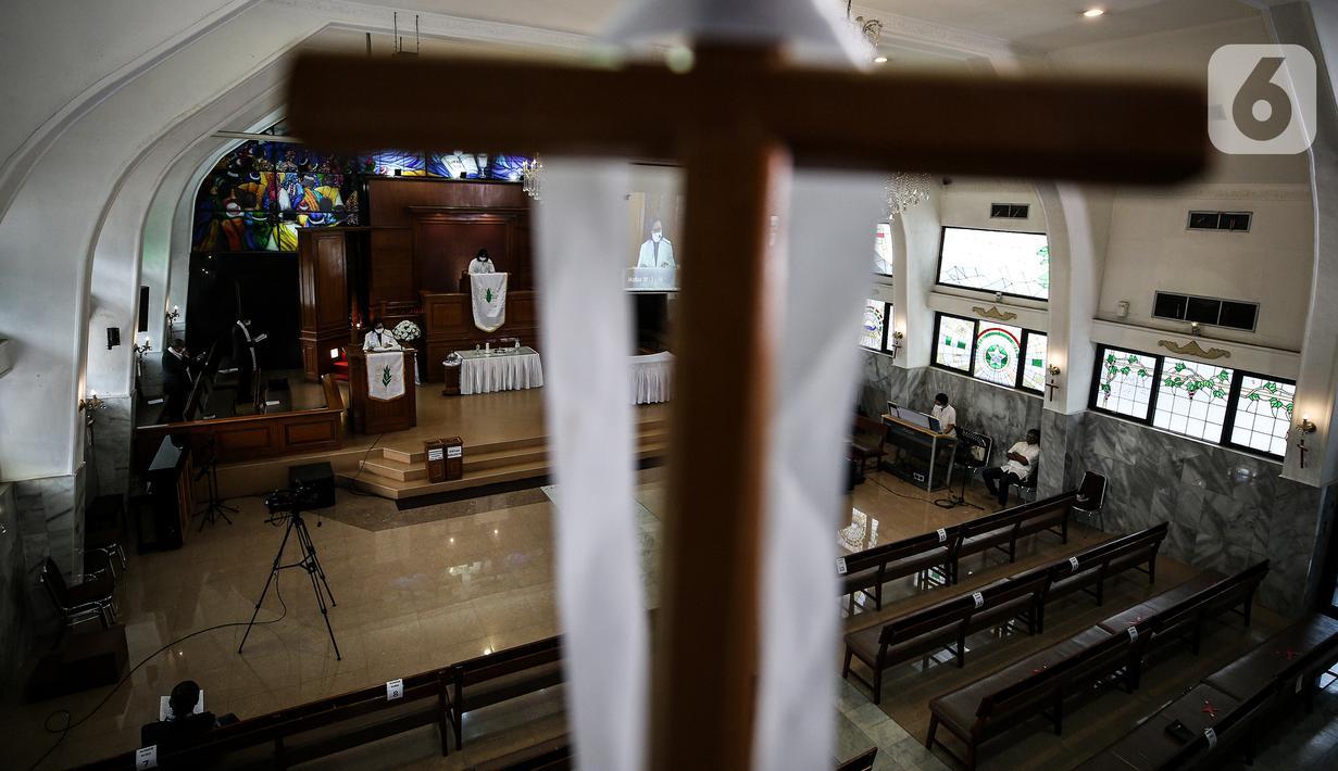 Suasana ibadah Paskah di tengah pandemi COVID-19 di Gereja Protestan Indonesia bagian Barat (GPIB) Effatha, Minggu (4/4/2021). Ibadah rangkaian Paskah tersebut digelar secara daring dengan tetap menerapkan protokol kesehatan. (Liputan6.com/Johan Tallo)