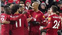 Pemain Liverpool merayakan gol yang dicetak oleh Georginio Wijnaldum ke gawang West Ham United pada laga Premier League di Stadion Anfield, Inggris, Selasa (25/2/2020). Liverpool menang dengan skor 3-2. (AP/Jon Super)