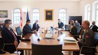 Menteri Pertahanan Prabowo Subianto melakukan kujungan ke Wina, Austria. Di sana, Prabowo bertemu dengan Menteri Pertahanan Austria, Klaudia Tanner.