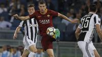 Striker AS Roma, Edin Dzeko, mengontrol bola saat melawan Juventus pada laga Serie A di Stadion Olimpico, Senin (14/5/2018). AS Roma imbangi Juventus dengan skor 0-0. (AP/Gregorio Borgia)