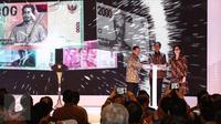 Presiden Jokowi (tengah) didampingi Menkeu Sri Mulyani dan Gubernur BI Agus Martowardojo menekan tombol sebagai tanda diresmikannya peluncuran uang Rupiah dengan desain terbaru tahun emisi 2016 di Jakarta, Senin (19/12). (Liputan6.com/Faizal Fanani)