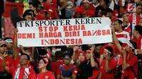 Sejumlah poster penyemangat untuk Timnas U-22 Indonesia saat bertanding melawan Malaysia dalam laga semifinal Sea Games 2017 di Stadion Shah Alam, Malaysia, Sabtu (26/8). (Liputan6.com/Faizal Fanani)