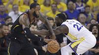 LeBron James berduel dengan Draymond Green (AP)