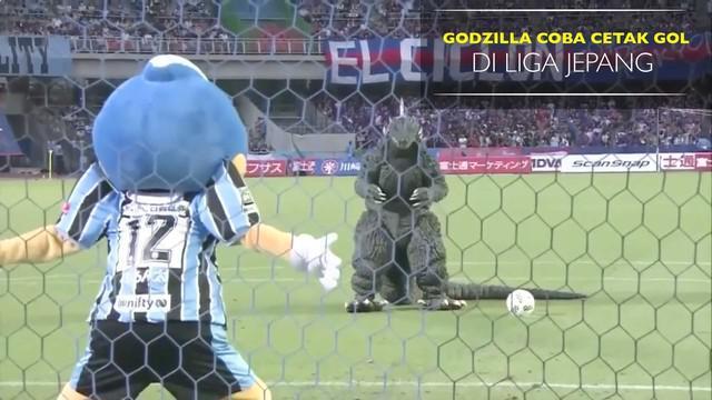 Godzilla beraksi sebelum laga antara Kawasaki Frontale melawan FC Tokyo di Liga Jepang.