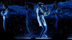 """Penyanyi Justin Bieber saat membawakan lagu berjudul """"Sorry"""" pada American Music Awards 2015 di Los Angeles, California (22/11). Album terbarunya Justin Bieber Purpose berhasil menduduki peringkat pertama di Billboard 200. (REUTERS/Mario Anzuoni)"""