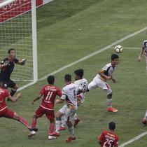 Kemelut terjadi di depan gawang Mitra Kukar saat melawan Persija pada laga Liga 1 di SUGBK, Jakarta, Minggu (09/12). (Bola.com/M Iqbal Ichsan)