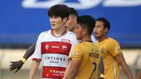 Pemain Madura United, Kim Jinsung (kiri)