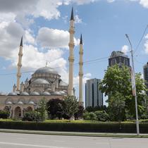 Pemandangan Masjid Akhmad Kadyrov di alun-alun Kota Grozny, pusat ibu kota Chechnya, 9 Juni 2018. Menara tertinggi di Masjid Akhmad Kadyrov adalah 62 meter sehingga membuatnya menjadi menara tertinggi di daratan Rusia. (AFP PHOTO/KARIM JAAFAR)
