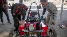 Mahasiswa mengecek kondisi Mobil listrik sebelum dipertandingan dalam ajang pameran IIMS 2019 di JIExpo Kemayoran, Jakarta, Kamis (25/4). Kompetisi yang di ikuti berbagai kampus di Indonesia tersebut untuk mengembangkan kemampuan anak bangsa di bidang teknologi otomotif. (Liputan6.com/Faizal Fanani)