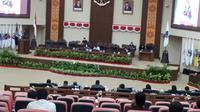 Sidang paripurna itu didahului dengan pembacaan putusan oleh Ketua BK DPRD Sulut Sandra Rondonuwu.