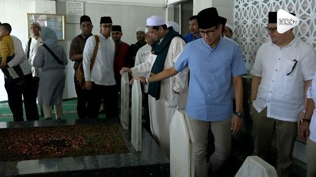 Cawapres Sandiaga Uno berziarah ke makam Habib Abdurrahman Al-Habsyi. Habib Abdurrahman Al-Habsyi adalah tokoh penyebar Islam di Jakarta yang memiliki hubungan saudara dengan Sandi.