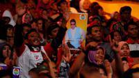 Penonton tampak antusias menyaksikan D'Academy untuk mendukung jagoannya di Studio 5 Indosiar, Minggu (9/3/2014). ( foto : Miftahul Hayat )