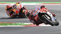 Pembalap Ducati, Jorge Lorenzo, memimpin atas andalan Repsol Honda Team, Marc Marquez, pada MotoGP Austria di Red Bull Ring, Minggu (13/8/2017). (AP Photo/Kerstin Joensson)