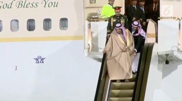 Mendarat di Rusia, Raja Salman alami insiden tak menyenangkan. Eskalator emas yang ia gunakan macet saat akan turun dari pesawat.