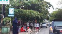 Hampir setiap hari bisa ditemukan warga Samarinda menunggu pembagian takjil gratis.
