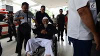 Abu Bakar Ba'asyir saat tiba di RSCM Kencana, Jakarta, Selasa (29/1). Abu Bakar Ba'asyir akan menjalani pemeriksaan kesehatan secara rutin untuk memeriksa kesehatannya pertiga bulan. (Merdeka.com/Imam Buhori)