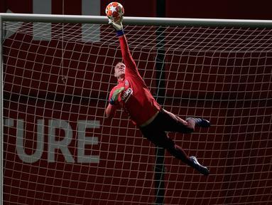 Kiper Barcelona, Marc-Andre ter Stegen menepis bola selama latihan di Sports Center FC Barcelona Joan Gamper, Spanyol (12/3). Barcelona akan melawan wakil Prancis, Lyon pada leg kedua babak 16 besar Liga Champions di Camp Nou. (AP Photo/Manu Fernandez)