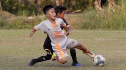 Pemain B24HABS, berebut bola dengan pemain Java Soccer Academy pada laga Indonesia Junior League 2019 di Lapangan Sawangan, Minggu (20/10). Dari liga kelas junior ini diharapkan bisa melahirkan pesepakbola muda berbakat dan berkualitas. (Bola.com/M Iqbal Ichsan)