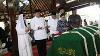 Presiden ke-6 Susilo Bambang Yudhoyono, Agus Harimurti Yudhoyono dan Anisa Pohan memanjatkan doa untuk almarhum Siti Habibah di Puri Cikeas, Bogor, Sabtu (31/8/2019) Ibunda SBY wafat pada Jumat (30/8) di RS Mitra Keluarga Cibubur dan akan dimakamkan di TPU Tanah Kusir. (Liputan6.com/Herman Zakharia)