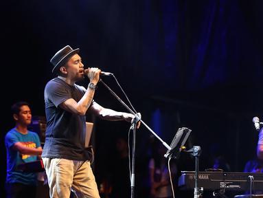 Penyanyi asal Ambon Glenn Fredly membuka perhelatan musik jazz terbesar, Java Jazz Festival 2018. Penyanyi 42 tahun itu sukses menghibur pengunjung dengan lagu andalan dan lagu milik Slank. (Bambang E Ros/Bintang.com)