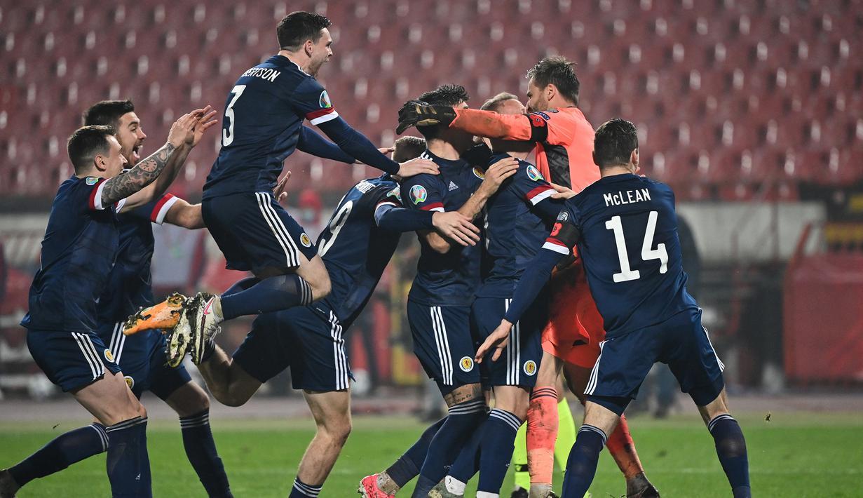 Pemain Skotlandia merayakan kemenangan atas Serbia pada babak playoff Piala Eropa 2020 di Red Star Stadium, Jumat (13/11/2020) dini hari WIB. Skotlandia menang 5-4 atas Serbia lewat adu penalti. (AFP/Andrej Isakovic)
