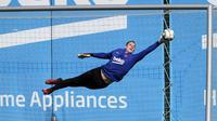 Kiper Barcelona FC, Marc-Andre Ter Stegen, saat mengikuti sesi latihan di Ciutat Esportiva Joan Gamper, Sant Joan Despi, Senin (18/5/2020). Barcelona terus matangkan latihan jelang kembali bergulirnya kompetisi La Liga.(AFP/Handout/FC Barcelona/Miguel Ruiz)