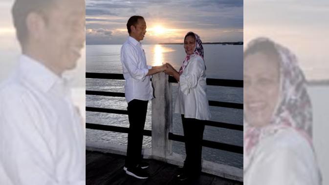 Potret kemesraan Jokowi dan Iriana saat menikmati senja di Kabupaten Kaimana, Papua Barat. (Dok BPMI Setpres)