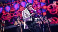 Pedangdut Rhoma Irama saat tampil dalam acara Indonesian Dangdut Awards 2018 di Studio 5 Indosiar, Jakarta, Jumat (12/10). Rhoma Irama membawakan lagu Euphoria dan Musik. (Liputan6.com/Faizal Fanani)