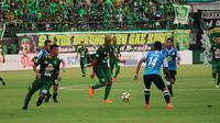 Persebaya Surabaya kalah 1-2 dari Barito Putra pada lanjutan Gojek Liga 1 2018 di Stadion Gelora Bung Tomo, Surabaya, Minggu (8/4/2018). (Bola.com/Aditya Wany)