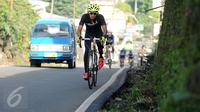 Pebalap sepeda, M Fadli Imammudin saat berlatih melintasi jalan Raya Puncak Cianjur, Bogor, Kamis (23/2). M Fadli bakal akan mewakili Indonesia pada Kejuaraan Asia Paracycling 2017 di Bahrain 24 Februari-3 Maret 2017. (Liputan6.com/Helmi Fithriansyah)